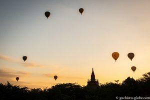 バガンの朝日と気球